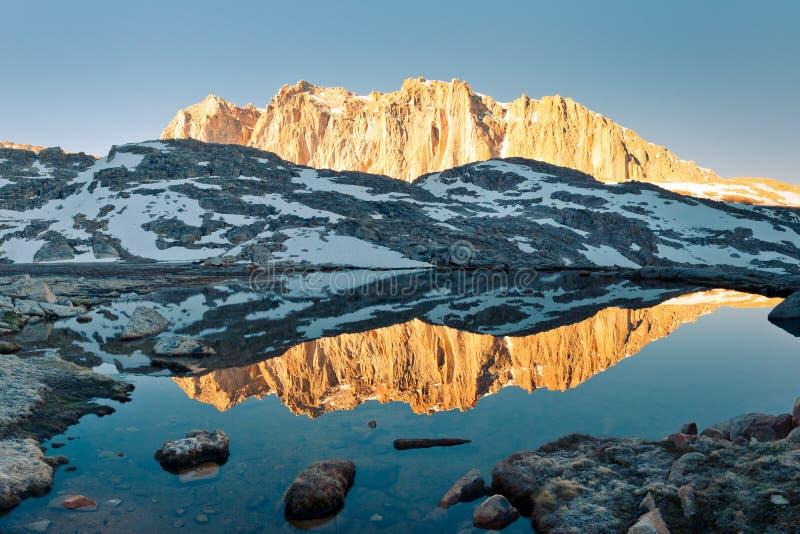 Toppig bergskedjaNevada Alpenglow reflexion arkivbild