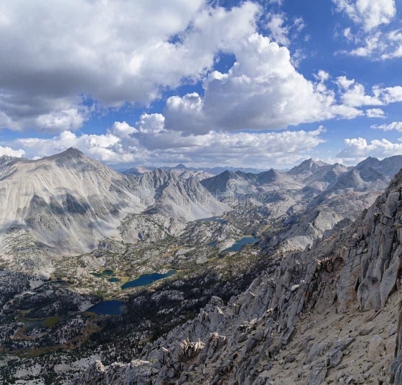 Toppiga bergskedjan dalen förbiser fotografering för bildbyråer