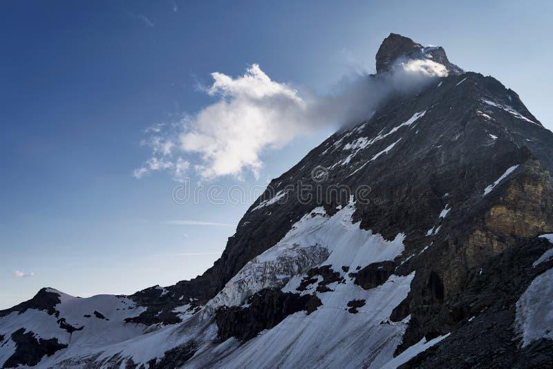 Toppmöte av det matterhorn berget som täckas av moln arkivfoton