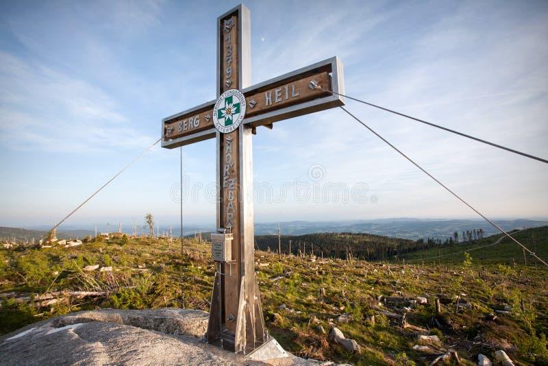 Toppmöte av det Plechy maximumet - högst berg av reserven för Sumava bergskedjanatur royaltyfria foton