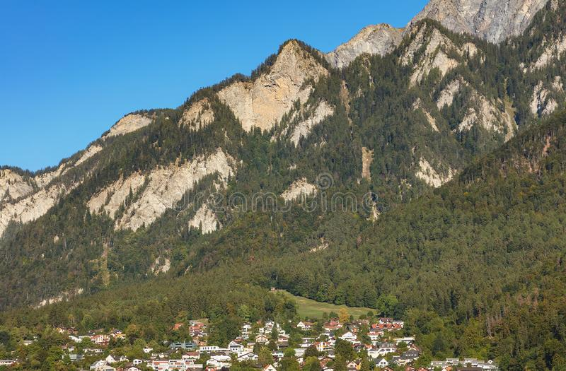 Toppmöten av fjällängarna - sikt från staden av Chur i Schweiz arkivfoton