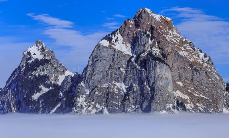 Toppmöten av Kleiner Mythen och mer grosser Mythen berg stigande fr royaltyfria foton