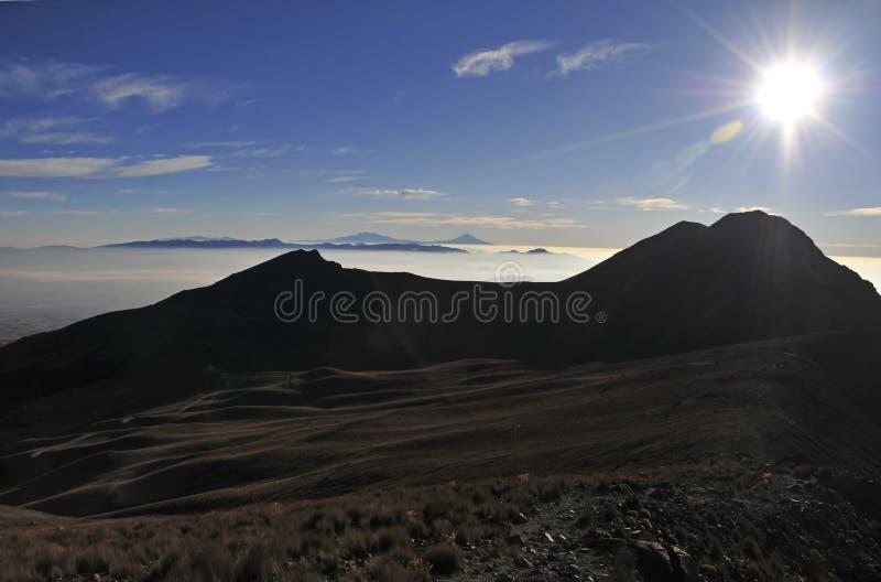 Toppmötesikt från Nevado de Toluca med låga moln i Trans.-mexikan det vulkaniska bältet, Mexico arkivfoton