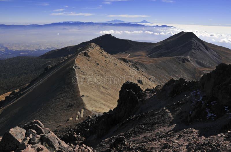 Toppmötesikt från Nevado de Toluca med låga moln i Trans.-mexikan det vulkaniska bältet, Mexico royaltyfri fotografi