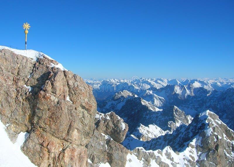 Toppmötet av det Zugspitze berget royaltyfria foton