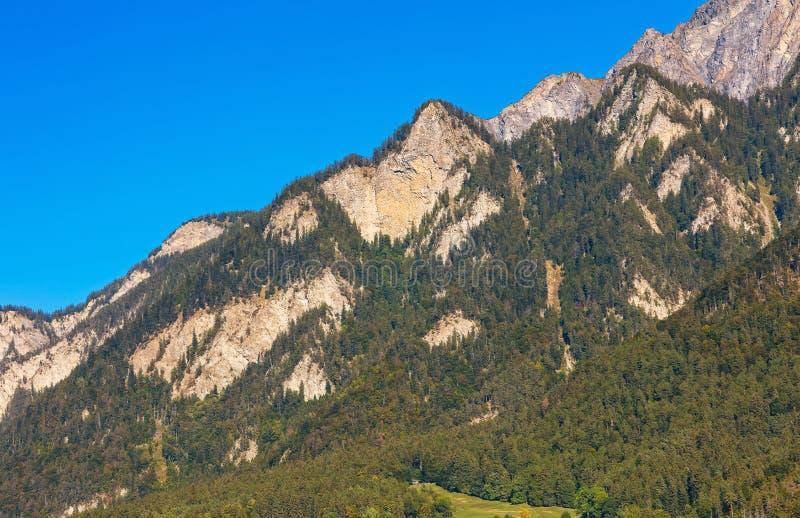 Toppm?ten av fj?ll?ngarna som sett fr?n staden av Chur i Schweiz p? slutet av September royaltyfri foto