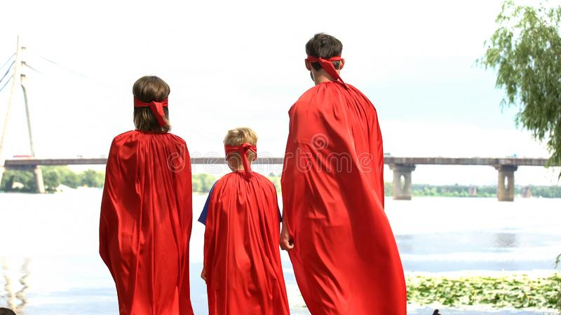 Toppna hjältar som ser bron, dräktparti, underhållning för hel familj arkivfoton
