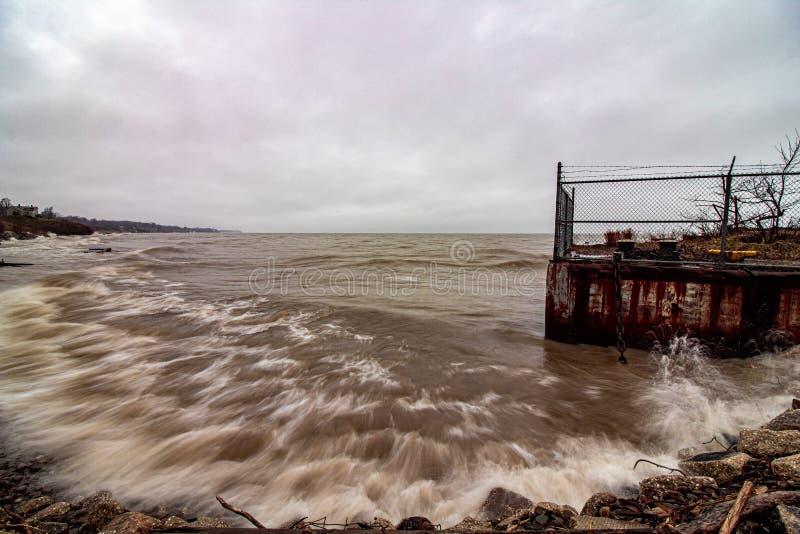 Toppna kraftiga vågor som kraschar ner på stranden arkivfoton