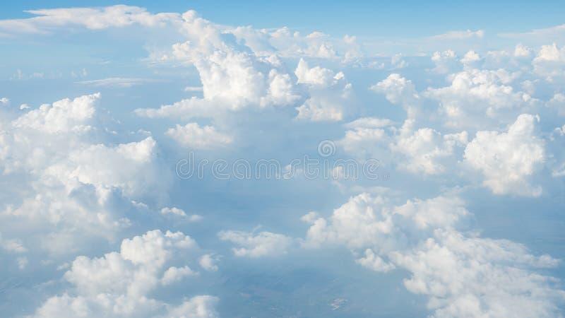 Toppna stora moln på himmel royaltyfria bilder