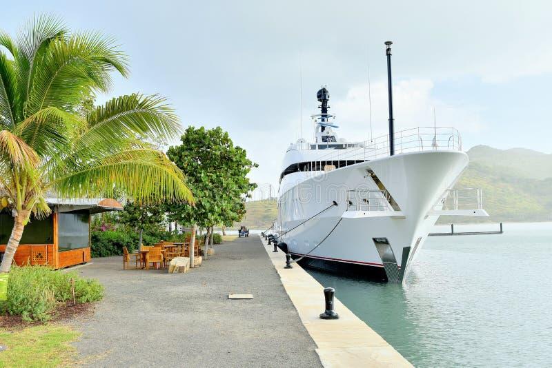 Toppna Yatch på skeppsdockan/hamnen arkivbilder
