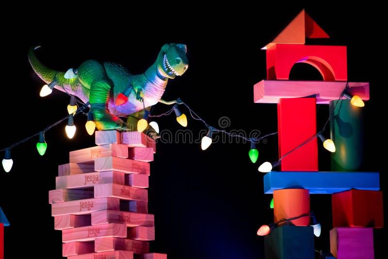 Toppvy av Rex dinosaur på Jenga Tower på Hollywood Studios royaltyfria bilder