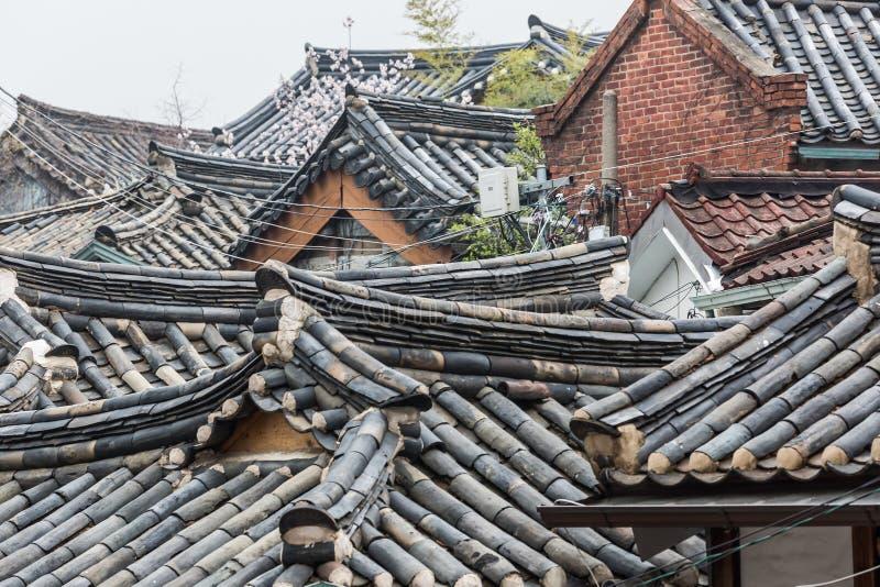 Tops coreanos tradicionales del tejado del estilo del pueblo de Bukchon Hanok en S imágenes de archivo libres de regalías