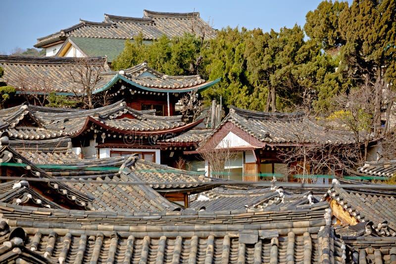 Tops coreanos tradicionales del tejado del estilo del pueblo de Bukchon Hanok en S foto de archivo libre de regalías