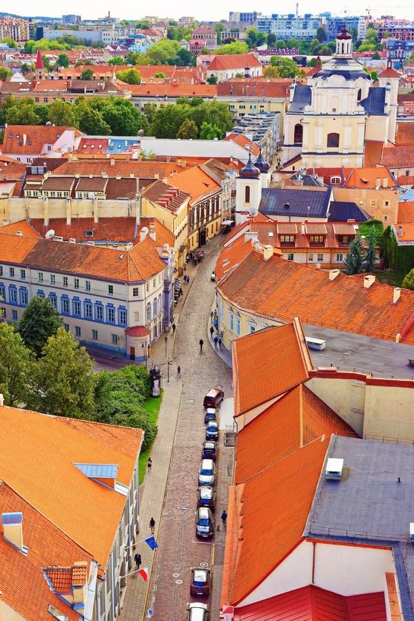Tops de la iglesia y del tejado del Espíritu Santo en la ciudad vieja de Vilna foto de archivo