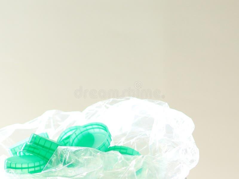 Tops verdes macros de la botella en bolso de plástico transparente foto de archivo