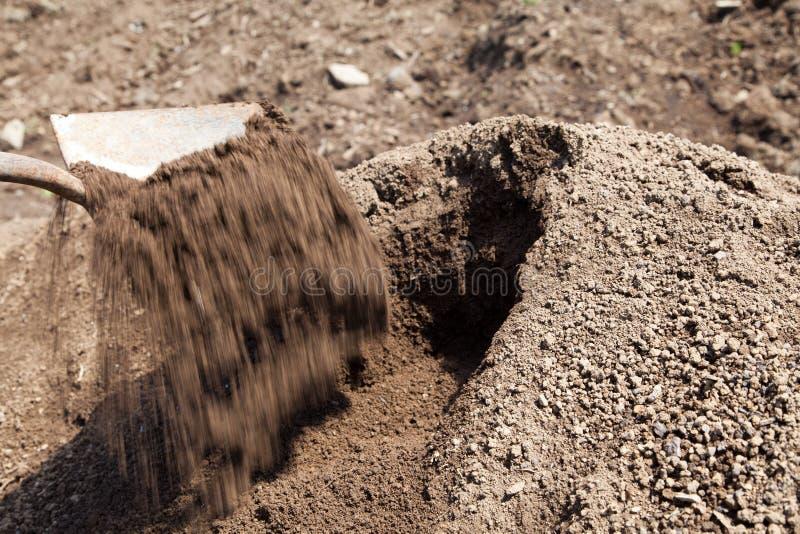 Topsoil που γυρίζουν με ένα φτυάρι στοκ φωτογραφία με δικαίωμα ελεύθερης χρήσης