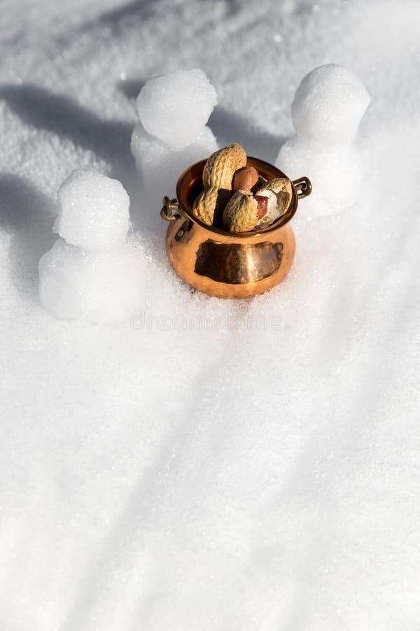 Topview雪人和一个碗用花生 免版税图库摄影
