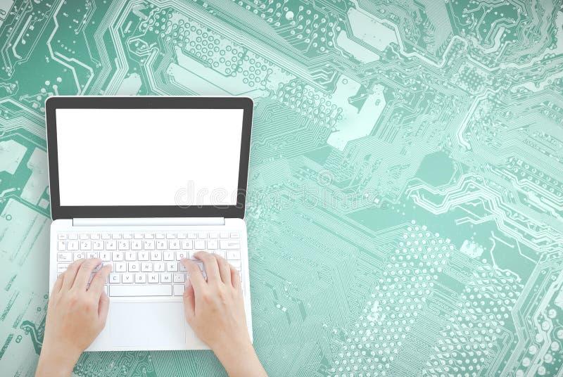 Topview рук используя компьтер-книжку стоковое изображение