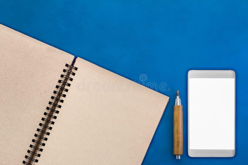 Topview de substance de bureau sur la table de fonctionnement en cuir images stock