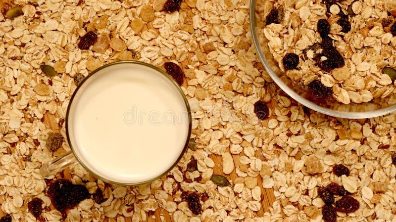 Topview der Schüssel muesli mit Milch Gesundes Frühstückskonzept mit Hafer auf Haferflockenhintergrund lizenzfreie stockbilder