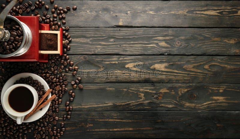 Topview för bakgrund för kaffekvarnkoppsvart wood arkivbild