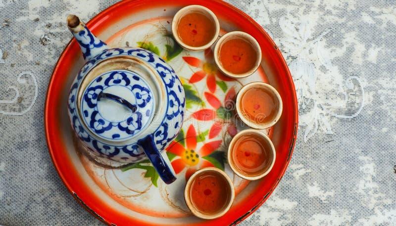 Topview kinesiskt te med fem torktumlare och en tekanna på magasinet royaltyfria bilder