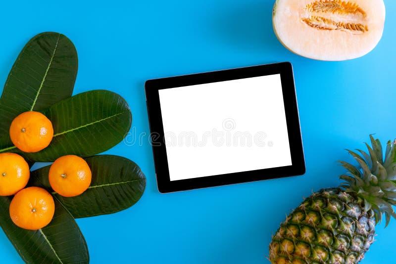 Topview pomarańcze, ananas, kantalup z desktop z pustym miejscem obraz stock