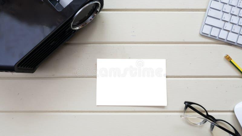 Topview-Projektor und weiße Karte mit Tastatur lizenzfreie stockbilder