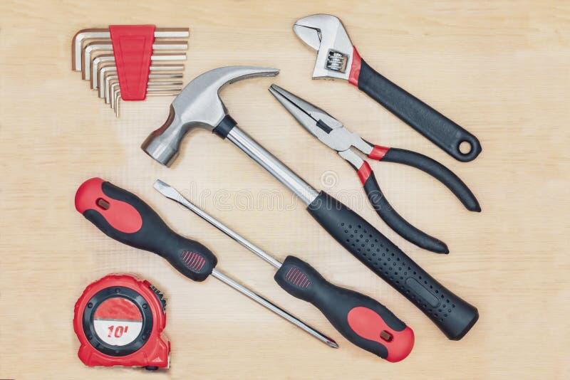 Topview van de hulpmiddelen van de huishoudenhand op woodgrain achtergrond royalty-vrije stock afbeelding