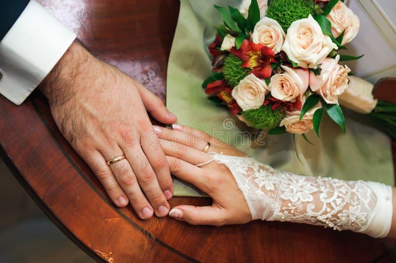 Toque do amor. Mão dos pares do casamento nas mãos foto de stock