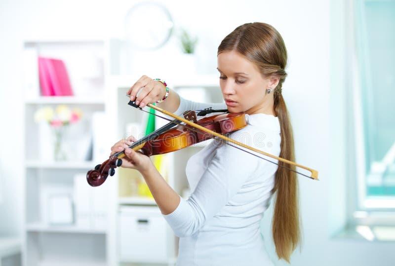 Toque el violín fotografía de archivo