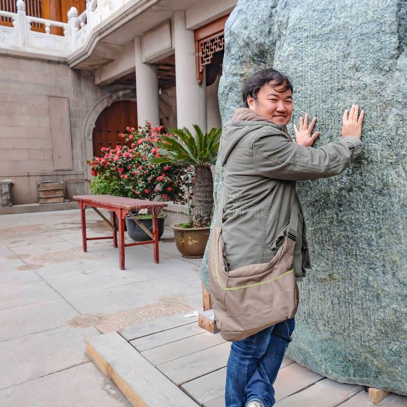 Toque gordo asiático do viajante a pedra grande do espírito em jian uma cidade de shanghai do templo imagem de stock royalty free