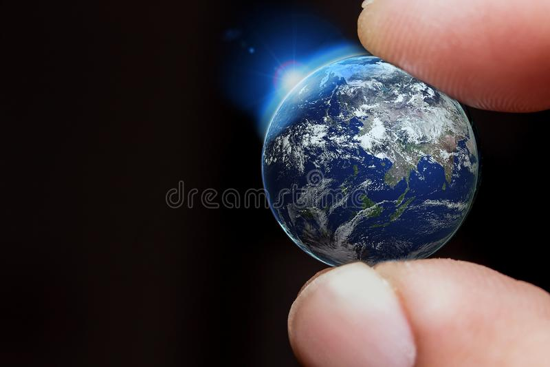 Toque la tierra con el finger, elementos de esta imagen equipados por la NASA fotografía de archivo