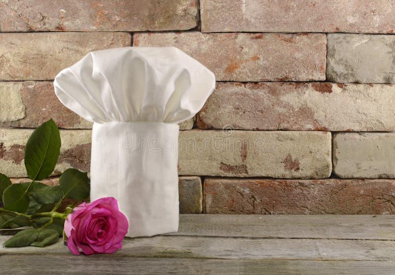 Toque met roze nam op bakstenen muur toe royalty-vrije stock foto's