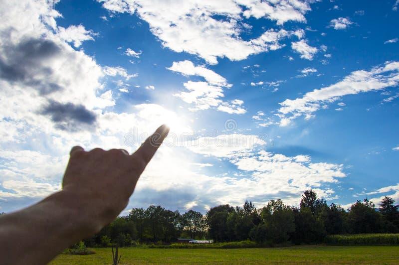 toque no céu com um dedo foto de stock