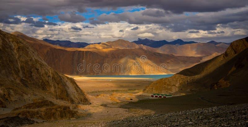 Toque primeiramente na vista do lago Leh Ladakh do pangong fotografia de stock royalty free