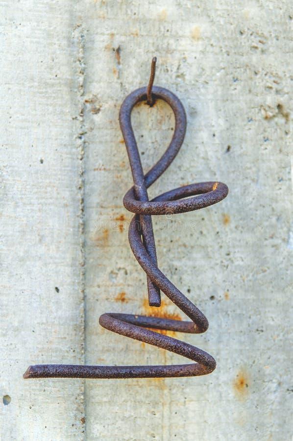 Torção oxidada muito velha do ferro sprial fotografia de stock royalty free