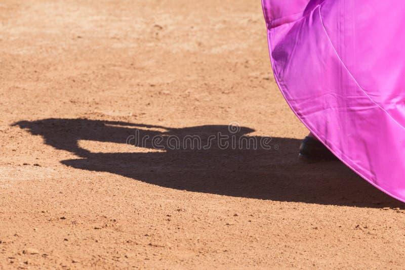 Toréador et ombre sur le sable images libres de droits