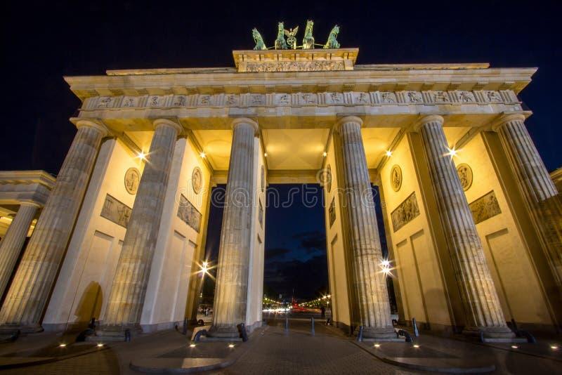 tor ночи brandenburger berlin стоковая фотография rf