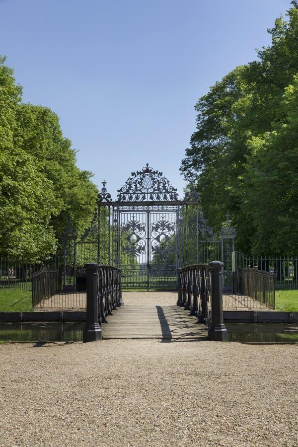 Tor bei Hampton Court Palace, der ursprünglich für hauptsächlichen Thomas Wolsey 1515 errichtet wurde, wurde später stockbild