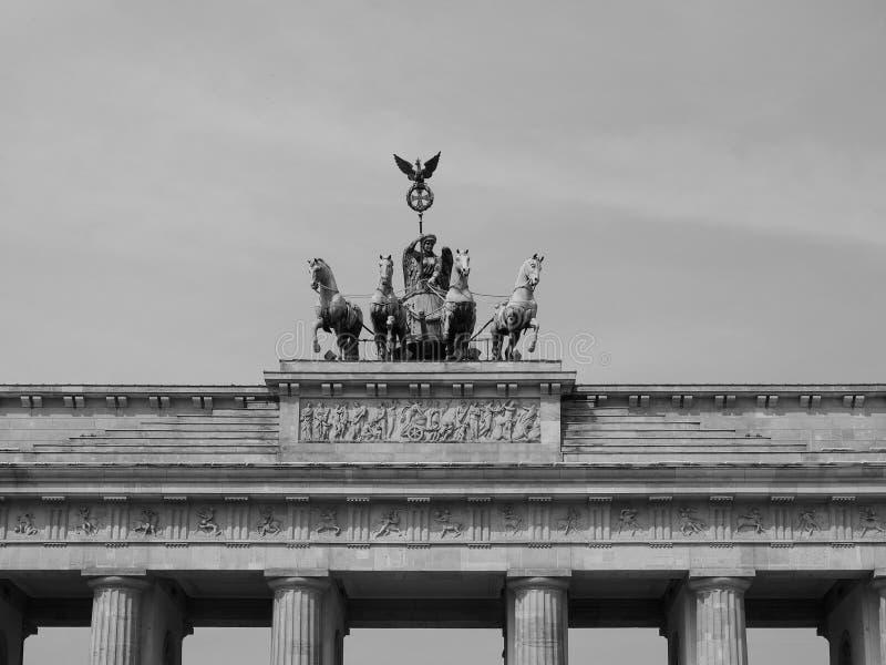 Tor de Brandenburger (porta de Brandemburgo) em Berlim no preto e no whit imagens de stock