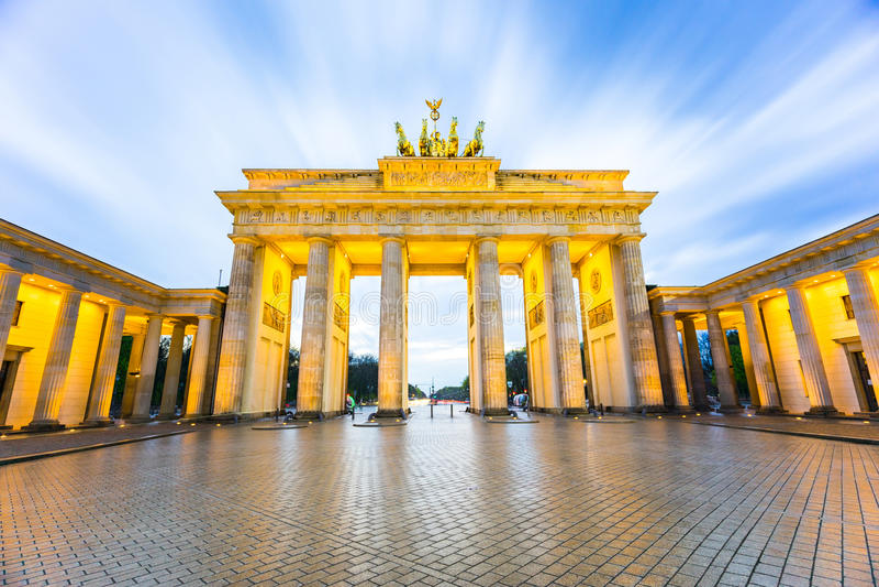Tor de Brandenburger (porta de Brandemburgo) em Berlin Germany na noite imagem de stock