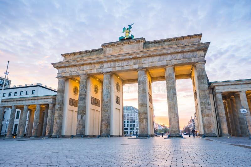 Tor de Brandenburger (puerta de Brandeburgo) en Berlin Germany en la noche foto de archivo
