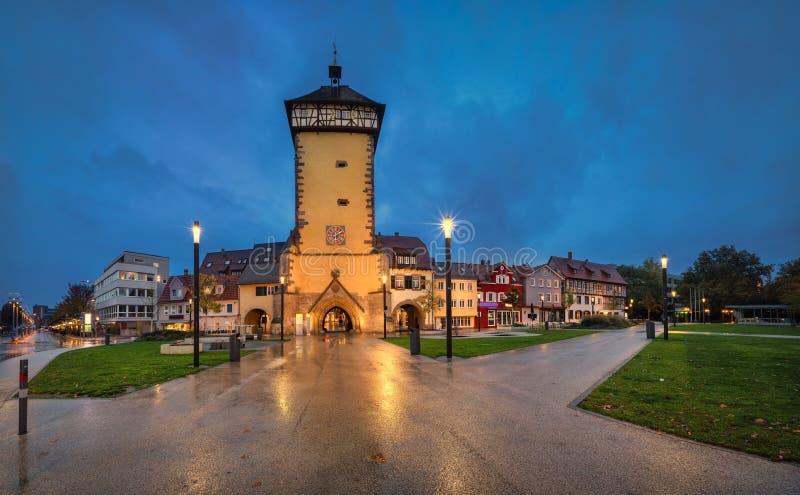 Tor de Tubinger no crepúsculo em Reutlingen, Alemanha fotos de stock