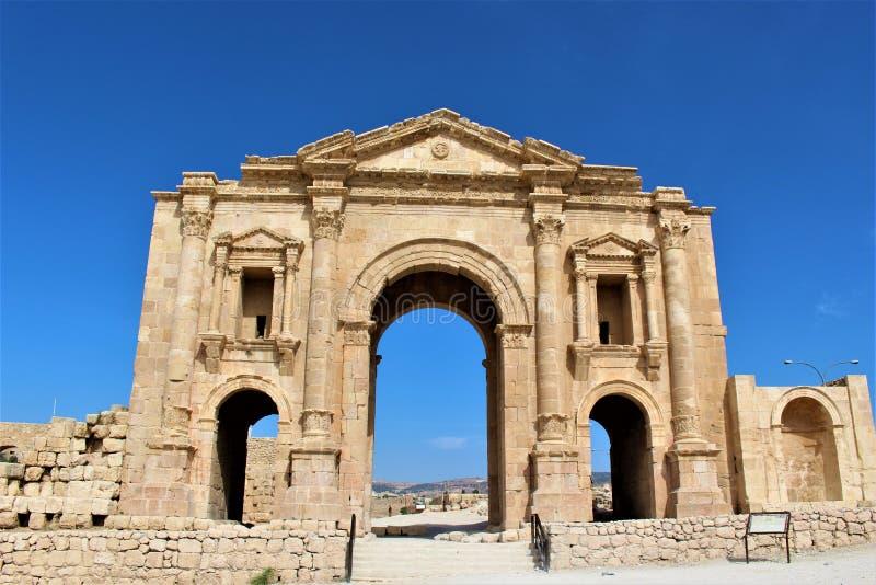Tor der alten Stadt in Jerash lizenzfreie stockfotografie