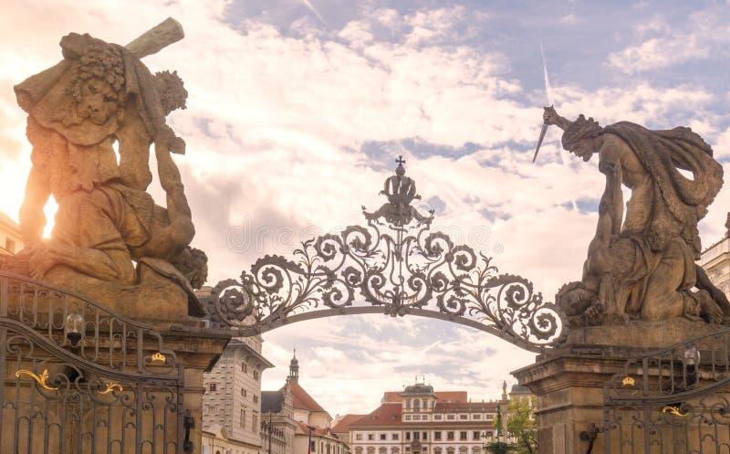 Tor des Giants an Hrdacany-Schloss in Prag, Czechia lizenzfreie stockbilder