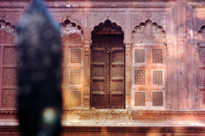 Tor des Grabs eines Maharadschas lizenzfreie stockbilder