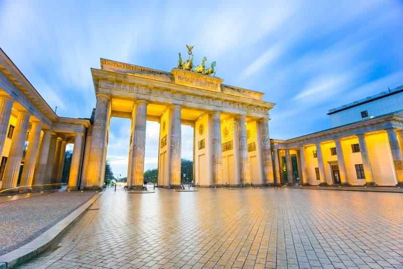 Tor di Brandenburger (porta di Brandeburgo) in Berlin Germany alla notte immagini stock