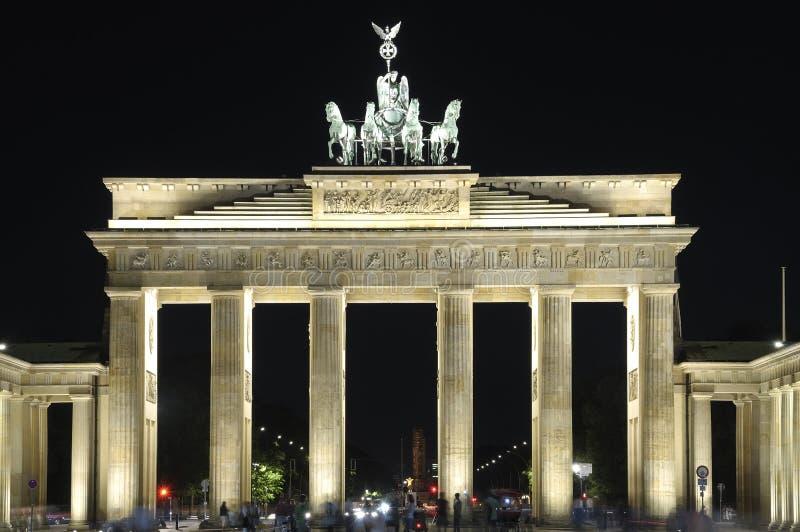 tor för berlin brandenburgernatt royaltyfria foton