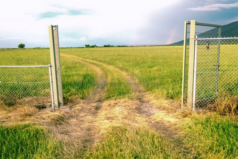 Tor herein zur schönen Natur lizenzfreies stockbild